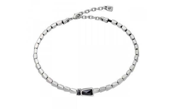 Gargantilla con piezas de forma geométrica bañadas en plata enfiladas con cuery dos cristales de Swarovski negros 139€