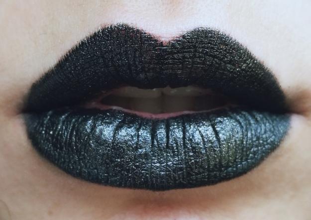 labios negros dorado